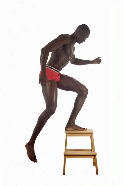 Homme musclé ne portant que des sous-vêtements rouges. Photo Premium