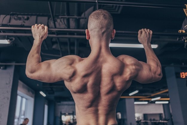 Homme musclé sportif exerçant à la gym Photo Premium