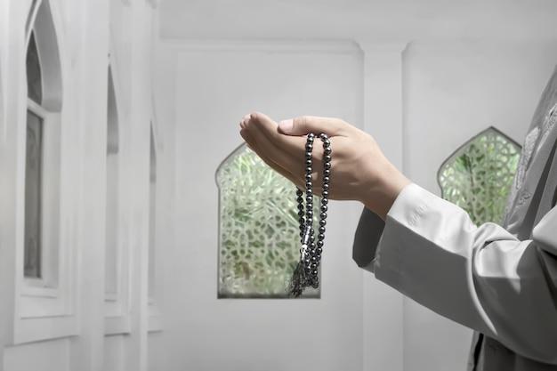 Homme musulman levant la main et priant dieu Photo Premium