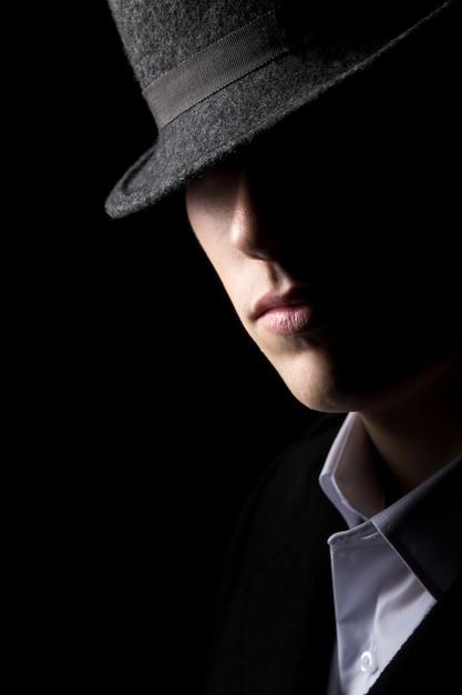 Homme mystérieux en chapeau Photo gratuit