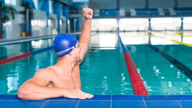 Homme nageur levant la main Photo gratuit