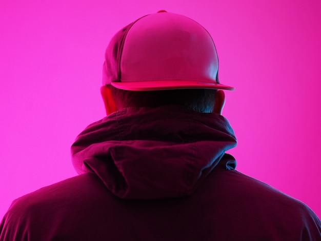 Homme Néon En Sweat à Capuche. Effets Lumineux Colorés Vifs. Vue Arrière. Photo Premium