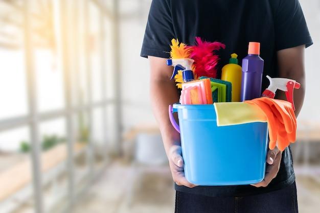 Homme nettoyage service concept salle blanche et outils de bureau Photo Premium