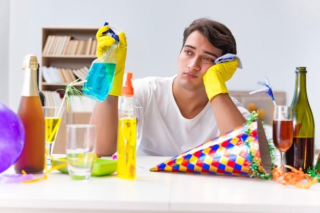 Homme nettoyant la maison après la fête de noël Photo Premium