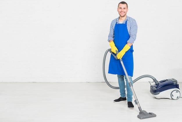 Homme nettoyant sa maison Photo gratuit