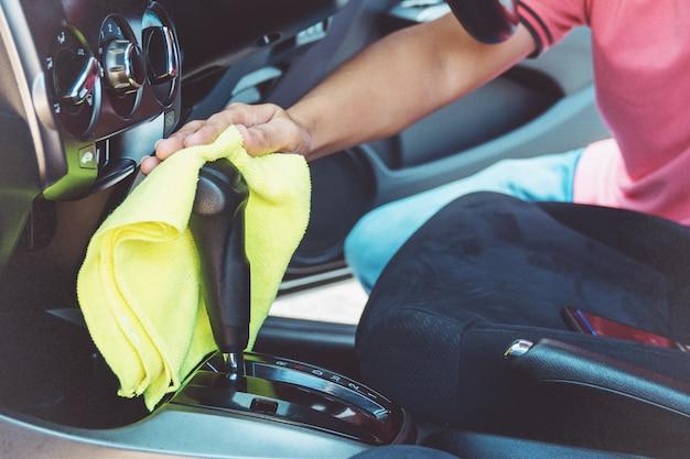 Homme nettoyant voiture avec chiffon en microfibre Photo Premium