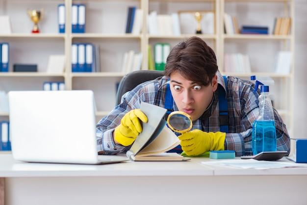 Homme nettoyant volant des documents confidentiels Photo Premium