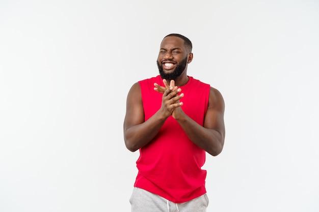 Homme noir africain de fitness jeune dans les vêtements de sport acclamant insouciant et excité, concept de victoire. Photo Premium