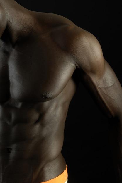 Un homme noir au corps musclé Photo Premium