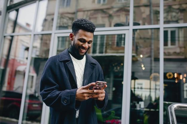Homme noir dans une ville Photo gratuit