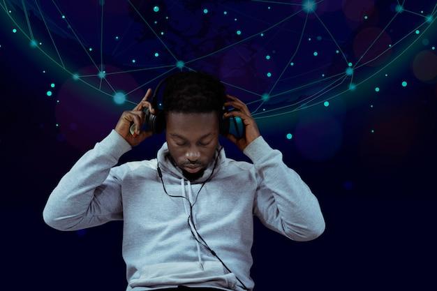 Homme noir écoutant de la musique Photo gratuit
