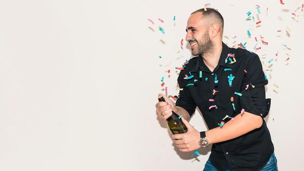 Homme, noir, ouverture, bouteille champagne Photo gratuit