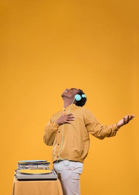 Homme noir posant avec un casque Photo gratuit