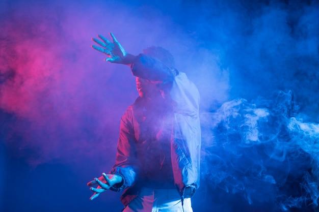 Homme noir posant Photo gratuit