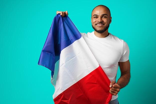 Homme Noir De Race Mixte Tenant Le Drapeau Français Bouchent Photo Premium