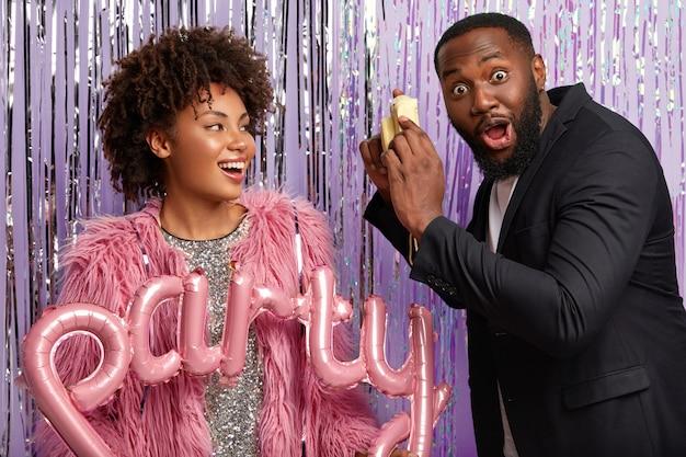 Un Homme Noir Surpris A Une Barbe épaisse, Regarde Avec Des Yeux écarquillés Photo gratuit