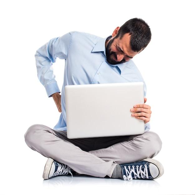 Homme Avec Ordinateur Portable Avec Douleur Dorsale Photo gratuit