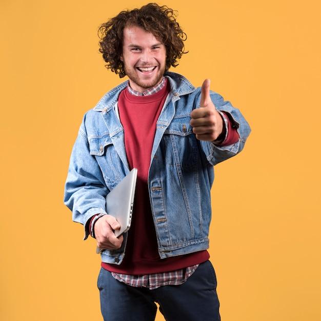 Homme, à, ordinateur portable, faire, pouce levé geste Photo gratuit