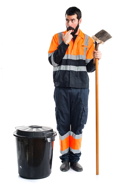 L'homme des ordures fait un geste de vomissement Photo gratuit