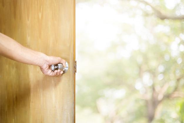 Homme ouvrant la porte Photo Premium