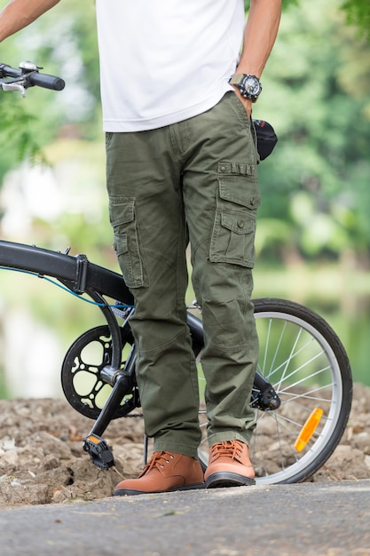 Homme, pantalon cargo, vélo, jardin Photo Premium