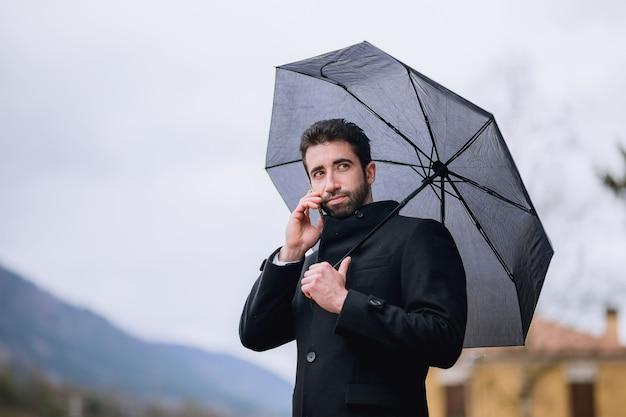 Homme, Parapluie, Téléphoner, Rue Photo Premium