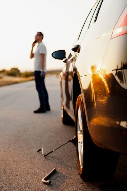 Homme parlant au téléphone d'un problème de voiture Photo gratuit