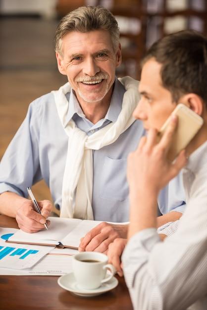 Un homme parle au téléphone dans un café. Photo Premium