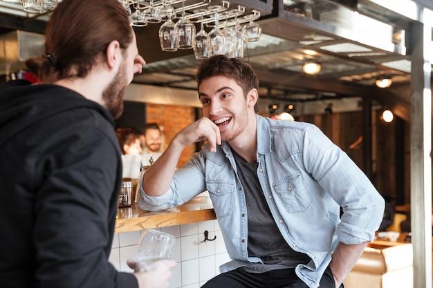 Homme Parle Avec Son Ami Dans Le Bar Photo gratuit
