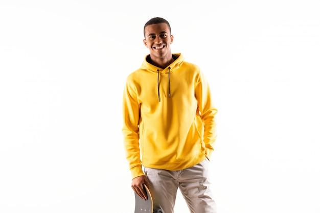Homme de patineur afro-américain sur blanc isolé Photo Premium