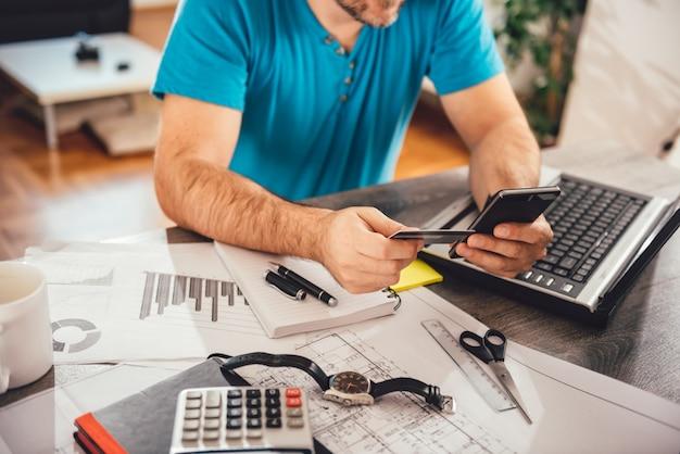 Homme payant avec carte de crédit sur smartphone Photo Premium