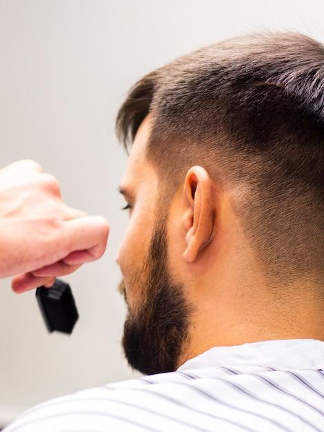 Homme avec un peigne flou dans sa main Photo gratuit