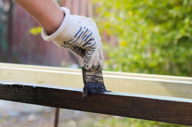 Un Homme Peint Des Planches De Peinture Vieux Pompon Photo Premium