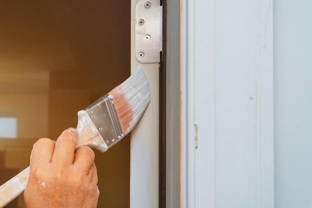 L'homme peint la porte avec une brosse Photo Premium