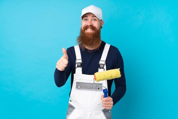 Homme Peintre Avec Longue Barbe Sur Mur Bleu Isolé Donnant Un Coup De Pouce Geste Photo Premium