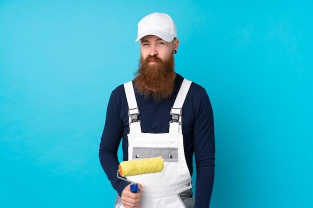 Homme Peintre à Longue Barbe Sur Mur Bleu Isolé Triste Photo Premium