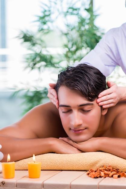 Homme Pendant Une Séance De Massage Dans Un Salon Spa Photo Premium