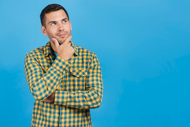 Homme pensant avec espace copie Photo gratuit