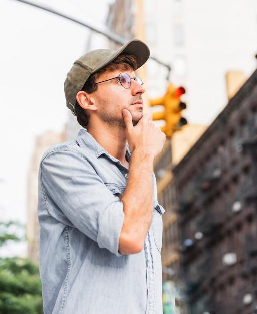 Homme pensant tenant sa main sous son menton Photo gratuit
