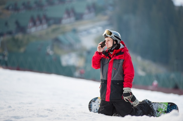 Homme pensionnaire sur son snowboard au winer resort Photo Premium