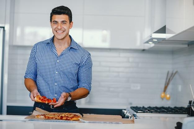 Homme avec pizza Photo gratuit