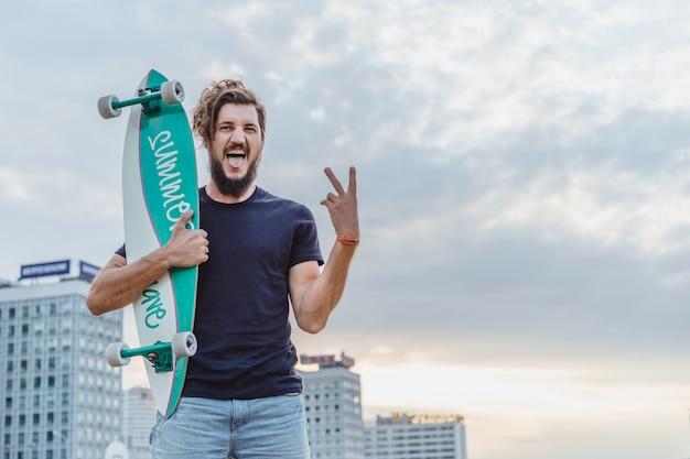Homme avec une planche à roulettes Photo gratuit