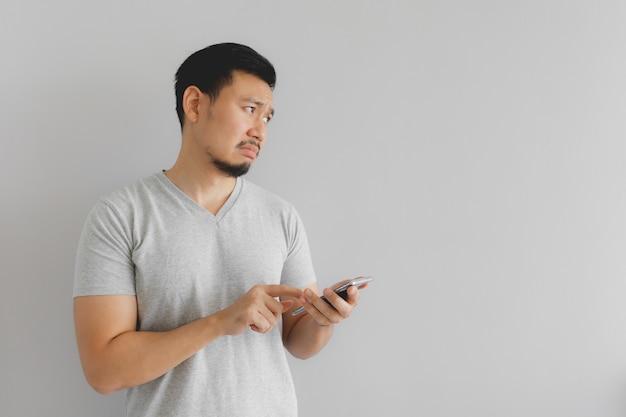 L'homme pleure et triste avec ce que montrent sur le smartphone. Photo Premium