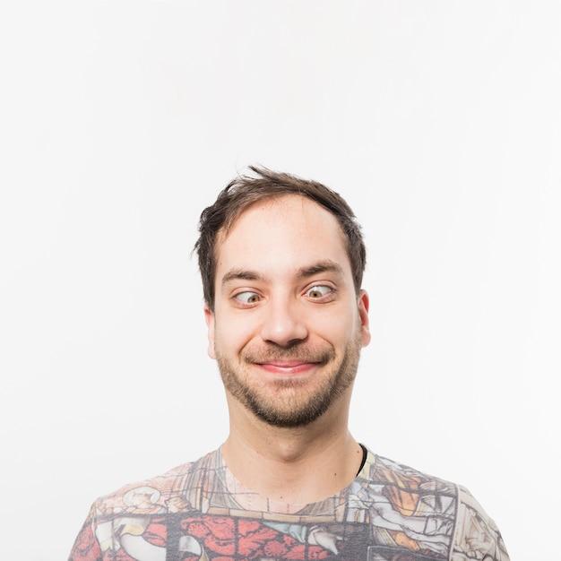 L'homme plisse les yeux Photo gratuit
