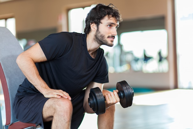 Homme, poids levage, à, les, gymnase Photo Premium