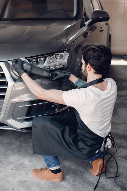 Homme, polonais, voiture, garage Photo gratuit
