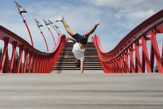 Homme sur le pont à amsterdam, pont de python Photo gratuit