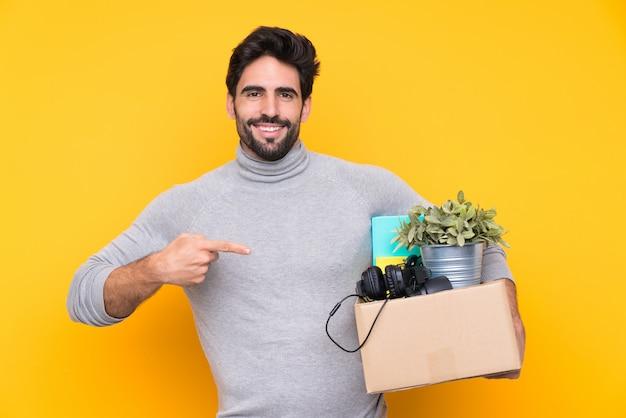 Homme Portant Une Boîte Pleine De Choses Photo Premium