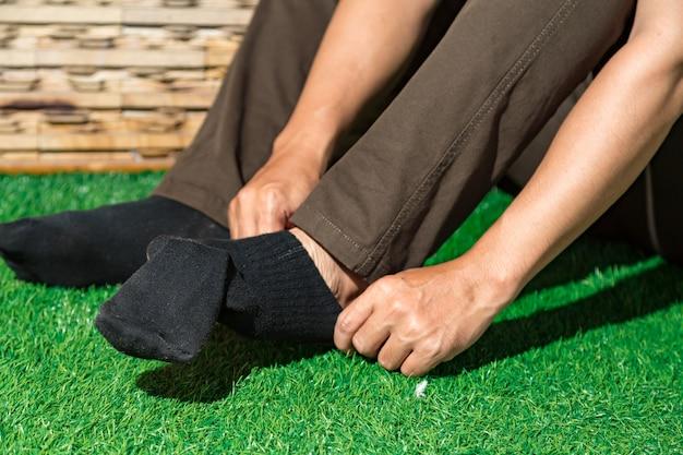 Homme portant des chaussettes noires Photo Premium