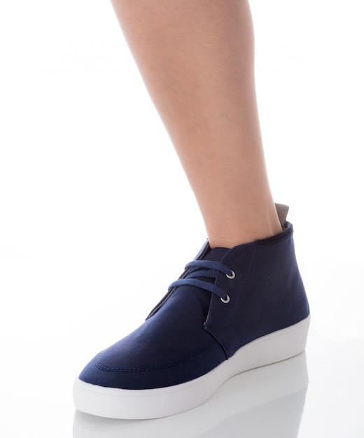 Homme portant des chaussures de mode bleu permanent avec vue de profil côté isolé sur blanc Photo Premium